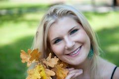 τα ευτυχή φύλλα κοριτσιώ&n Στοκ φωτογραφίες με δικαίωμα ελεύθερης χρήσης