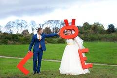 Τα ευτυχή newlyweds σε έναν περίπατο Στοκ Εικόνες