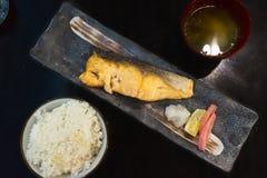 Τα εύγευστα ιαπωνικά τρόφιμα, ψημένα στη σχάρα αλατισμένα ψάρια σολομών εξυπηρέτησαν με Miso τη σούπα και το ρύζι στοκ εικόνα