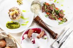 Τα εύγευστα πρόχειρα φαγητά στο άσπρο επιτραπέζιο επίπεδο βρέθηκαν Τοπ άποψη σχετικά με την κατάταξη των νόστιμων γευμάτων προγευ Στοκ εικόνα με δικαίωμα ελεύθερης χρήσης