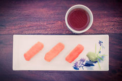 τα εύγευστα σούσια εξυπηρέτησαν τον ξύλινο πίνακα με το τσάι Στοκ Φωτογραφία