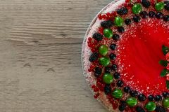 Τα εύγευστα υγιή χορτοφάγα τρόφιμα, δεν ψήνουν cheesecake φραουλών, που διακοσμείται με τα φρέσκα κόκκινα μούρα και την πράσινη μ Στοκ Εικόνα
