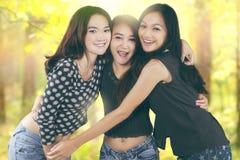 Τα εύθυμα κορίτσια απολαμβάνουν της ελευθερίας στη φύση Στοκ εικόνες με δικαίωμα ελεύθερης χρήσης