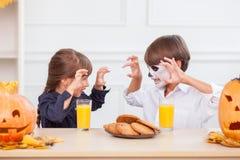 Τα εύθυμα παιδιά κάνουν τη διασκέδαση σε αποκριές Στοκ Φωτογραφία