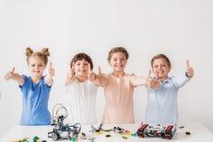 Τα εύθυμα χαμογελώντας παιδιά πετυχαίνουν στην τεχνική Στοκ φωτογραφία με δικαίωμα ελεύθερης χρήσης