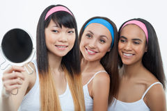 Τα ελκυστικά λεπτά κορίτσια προετοιμάζονται για την ημερομηνία Στοκ Εικόνες
