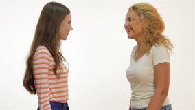 Τα ελκυστικά νέα κορίτσια χαμογελούν και χτυπούν το ένα το άλλο απόθεμα βίντεο