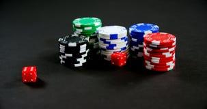 Τα ζευγάρια χωρίζουν σε τετράγωνα και τα τσιπ χαρτοπαικτικών λεσχών στον πίνακα πόκερ 4k απόθεμα βίντεο