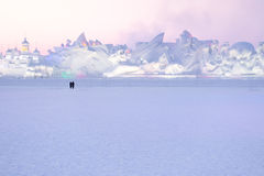 Τα ζεύγη σκιαγραφούν το τοπίο γλυπτών χιονιού προσοχής Στοκ Φωτογραφίες