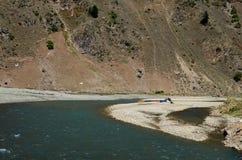 Τα ζωηρόχρωμα άσπρα σκάφη συνόλων νερού στηρίζονται στην ακτή της κοιλάδας Πακιστάν Kaghan ποταμών Kunhar Στοκ εικόνες με δικαίωμα ελεύθερης χρήσης