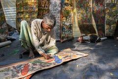 Τα ζωηρόχρωμα έργα ζωγραφικής βιοτεχνίας προετοιμάζονται για την πώληση στο χωριό Pingla Στοκ φωτογραφία με δικαίωμα ελεύθερης χρήσης