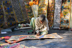 Τα ζωηρόχρωμα έργα ζωγραφικής βιοτεχνίας προετοιμάζονται για την πώληση στο χωριό Pingla Στοκ εικόνα με δικαίωμα ελεύθερης χρήσης