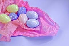 Τα ζωηρόχρωμα αυγά με την άσπρη Πόλκα διαστίζουν το σχέδιο βάζοντας σε χαρτί στοκ φωτογραφία