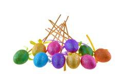 Τα ζωηρόχρωμα αυγά Πάσχας στα ραβδιά απομόνωσαν το λευκό Στοκ Εικόνα