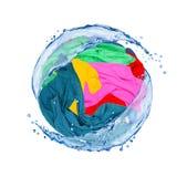 Τα ζωηρόχρωμα ενδύματα περιστρέφονται στους παφλασμούς του νερού που απομονώνονται στο λευκό Στοκ εικόνες με δικαίωμα ελεύθερης χρήσης