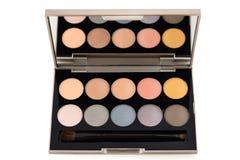 Τα ζωηρόχρωμα καλλυντικά σκιάς ματιών καθορισμένα makeup την ομορφιά και τη μόδα στο άσπρο υπόβαθρο Στοκ Εικόνες
