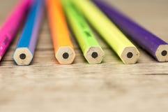 Τα ζωηρόχρωμα μολύβια κλείνουν επάνω Στοκ Φωτογραφία