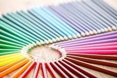 Τα ζωηρόχρωμα μολύβια υποβάλλουν τη μορφή κύκλων στον ξύλινο πίνακα Στοκ εικόνες με δικαίωμα ελεύθερης χρήσης