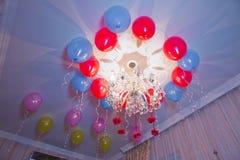 Τα ζωηρόχρωμα μπαλόνια που επιπλέουν στο ανώτατο όριο ενός κόμματος στην εκλεκτής ποιότητας μνήμη παιδικής ηλικίας χρωματίζουν το Στοκ Εικόνα