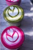 Τα ζωηρόχρωμα παντζάρια, matcha lattes είναι στο μαρμάρινο πίνακα Στοκ εικόνα με δικαίωμα ελεύθερης χρήσης