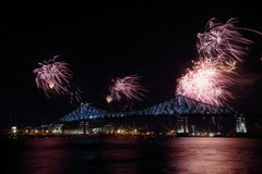 Τα ζωηρόχρωμα πυροτεχνήματα εκρήγνυνται πέρα από τη γέφυρα 375η επέτειος Montreal's φωτεινός ζωηρόχρωμος διαλογικός Ζακ C Στοκ Εικόνα