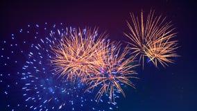 Τα ζωηρόχρωμα πυροτεχνήματα καίγονται στο νυχτερινό ουρανό έννοια καλή χρονιά απόθεμα βίντεο