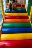 Τα ζωηρόχρωμα σκαλοπάτια στα παιδιά παίζουν το σπίτι, με τα πόδια παιδιών αναρριμένος επάνω στην κινηματογράφηση σε πρώτο πλάνο Στοκ εικόνα με δικαίωμα ελεύθερης χρήσης