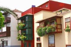 Τα ζωηρόχρωμα σπίτια με την άνθιση ανθίζουν σε Santa Cruz, Λα Palma, Ισπανία Στοκ Φωτογραφίες