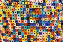 Τα ζωηρόχρωμα τούβλα διακοσμούν στον τοίχο Στοκ Φωτογραφίες