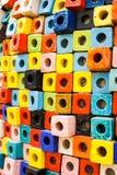 Τα ζωηρόχρωμα τούβλα διακοσμούν στον τοίχο Στοκ Εικόνα