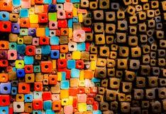 Τα ζωηρόχρωμα τούβλα διακοσμούν στον τοίχο Στοκ εικόνα με δικαίωμα ελεύθερης χρήσης