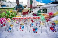 Τα ζωηρόχρωμα χειροποίητα παιχνίδια, κάλεσαν τοπικά Khelna, σε μια έκθεση Bangla Pohela Baishakh στοκ φωτογραφίες