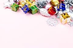 Τα ζωηρόχρωμα Χριστούγεννα διακοσμούν κοντά επάνω σε ένα υπόβαθρο κρητιδογραφιών, διάστημα αντιγράφων Στοκ φωτογραφία με δικαίωμα ελεύθερης χρήσης
