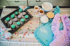 Τα ζωηρόχρωμα cupcakes είναι στο δίσκο Στοκ Φωτογραφία