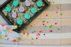 Τα ζωηρόχρωμα cupcakes είναι στο δίσκο Στοκ φωτογραφία με δικαίωμα ελεύθερης χρήσης
