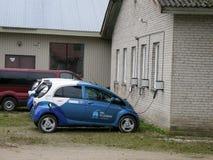 Τα ηλεκτρικά αυτοκίνητα χρεώνουν όπως τα μεγάλα κινητά τηλέφωνα στοκ εικόνες