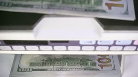 Τα ηλεκτρονικά χρήματα που η αντίθετη μηχανή μετρά μετρούν τα αμερικανικά τραπεζογραμμάτια αμερικανικών δολαρίων εκατό-δολαρίων απόθεμα βίντεο
