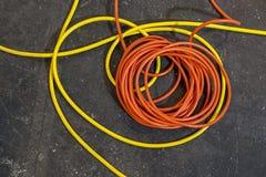 Τα ηλεκτρικά καλώδια χρώματος βρέθηκαν στους ρόλους στοκ εικόνες με δικαίωμα ελεύθερης χρήσης