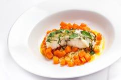Τα θαλασσινά με την κολοκύθα διακοσμούν Άσπρα ψάρια διατροφής με την κολοκύθα και Στοκ Φωτογραφία