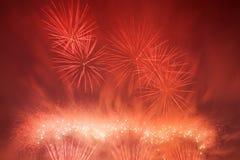 Τα θεαματικά πυροτεχνήματα παρουσιάζουν στο φως τον ουρανό νέο έτος εορτασμού Στοκ φωτογραφία με δικαίωμα ελεύθερης χρήσης