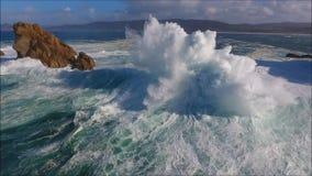 Τα θεαματικά συντρίβοντας κύματα με τον κηφήνα απόθεμα βίντεο