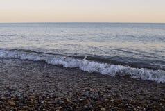 Τα θερινά βουνά υπολοίπου λικνίζουν τον μπλε ωκεανό νησιών ακτών βαρκών παραλιών ουρανού νερού ηλιοβασιλέματος θάλασσας σούρουπου στοκ εικόνες