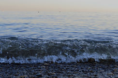 Τα θερινά βουνά υπολοίπου λικνίζουν τον μπλε ωκεανό νησιών ακτών βαρκών παραλιών ουρανού νερού ηλιοβασιλέματος θάλασσας σούρουπου στοκ εικόνα με δικαίωμα ελεύθερης χρήσης