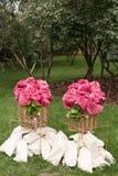 Τα θερμά ρόδινα καλύμματα κύλησαν επάνω υπό μορφή τριαντάφυλλων σε ένα μεγάλο καλάθι για τους φιλοξενουμένους σε μια υπαίθρια δεξ στοκ εικόνα με δικαίωμα ελεύθερης χρήσης