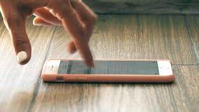 Τα θηλυκά δάχτυλα σε ένα τηλέφωνο κυττάρων μιμούνται treadmill το δρομέα φιλμ μικρού μήκους