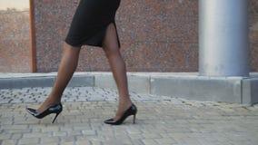 Τα θηλυκά προκλητικά πόδια στα καλσόν περπατούν στα παπούτσια με τα μακριά τακούνια 4K φιλμ μικρού μήκους