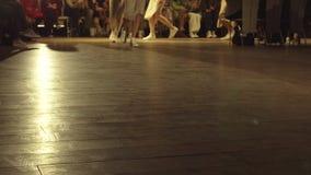 Τα θηλυκά πρότυπα περπατούν το διάδρομο στα διαφορετικά φορέματα κατά τη διάρκεια μιας επίδειξης μόδας Γεγονός στενών διαδρόμων μ απόθεμα βίντεο