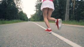Τα θηλυκά πόδια αρχίζουν τη σύνοδο σε σε αργή κίνηση Θηλυκό αθλητών φιλμ μικρού μήκους