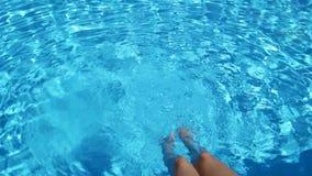 Τα θηλυκά πόδια που καταβρέχουν στη λίμνη Νέο κορίτσι φιλμ μικρού μήκους