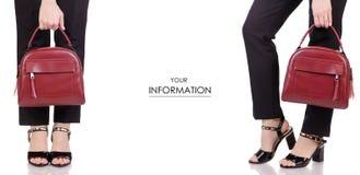 Τα θηλυκά πόδια στα κλασικά μαύρα εσώρουχα που τα μαύρα παπούτσια λάκκας με το κόκκινο δέρμα τοποθετούν το διαθέσιμο χέρι σε σάκκ Στοκ εικόνα με δικαίωμα ελεύθερης χρήσης